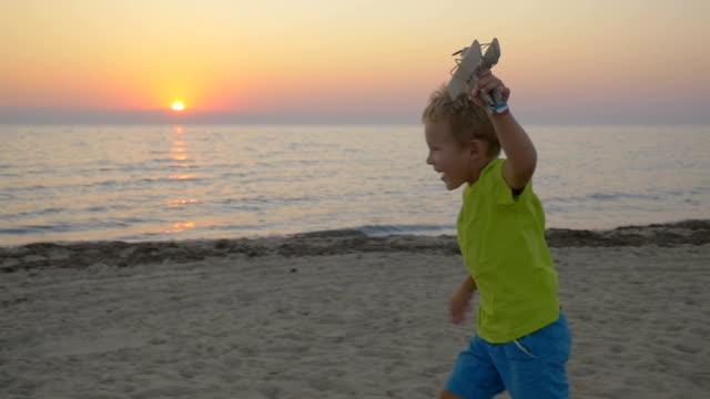 Pequeno criança abraços corrida para os pais - vídeo