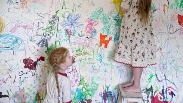 lilla barn målning på väggen i deras rum - painting wall bildbanksvideor och videomaterial från bakom kulisserna