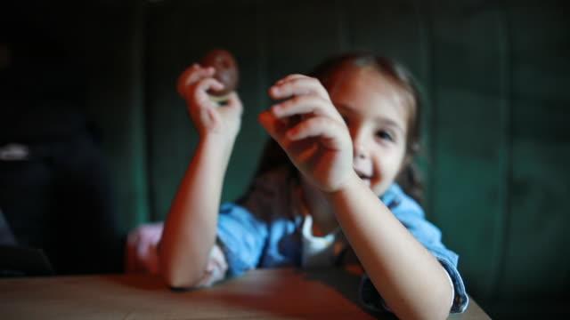 甘い卵を振る小さな好奇心の女の子 ビデオ