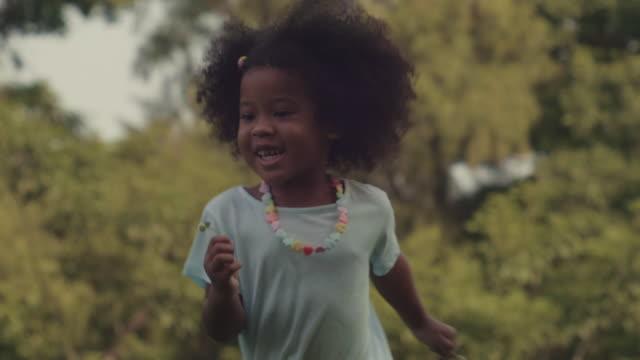 vídeos de stock, filmes e b-roll de funcionamento bonito pequeno da menina - menina negra