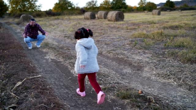 Hijita, en el abrazo del padre - vídeo