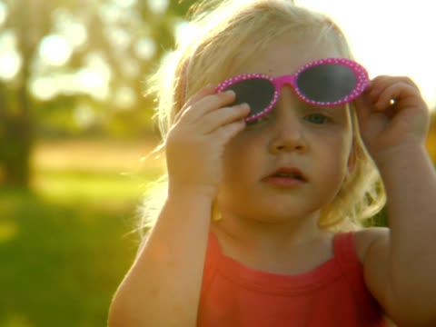 pal - little diva with sunglasses - endast flickor bildbanksvideor och videomaterial från bakom kulisserna
