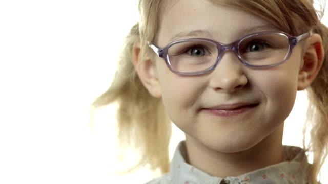 hd: kleines mädchen anpassung brille auf ihre nase - brille stock-videos und b-roll-filmmaterial