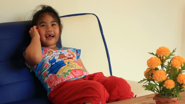 little girl and mobile phone. - endast flickor bildbanksvideor och videomaterial från bakom kulisserna