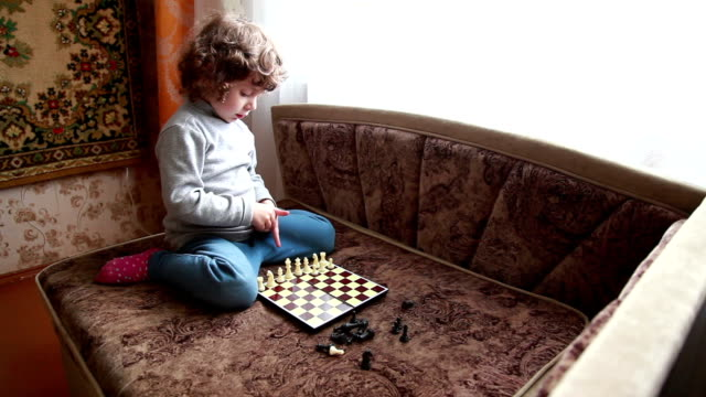 little girl arranging pawns on the chessboard - szerokokątny filmów i materiałów b-roll