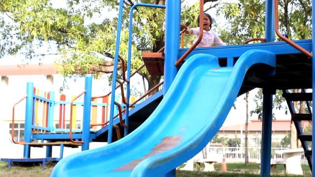 小さな女の子のプレイグラウンド glidecam - 階段点の映像素材/bロール