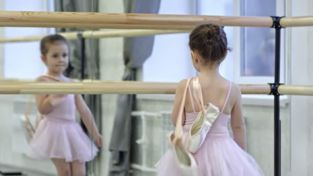 vídeos de stock e filmes b-roll de little girl before ballet lesson - tule têxtil