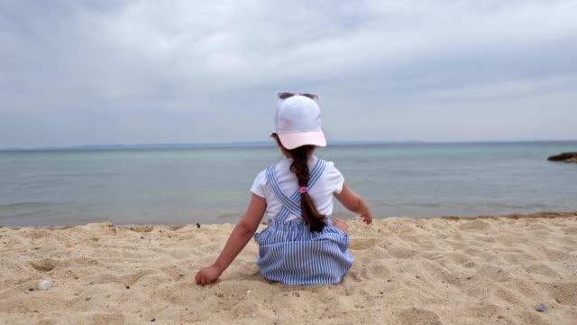 ビーチで孤独な小さな女の子 ビデオ