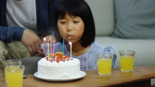 誕生日の蝋燭を吹く少女 ビデオ