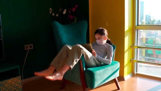 vídeos de stock, filmes e b-roll de menina entediada em casa, brincando com um tablet digital - salas de aula
