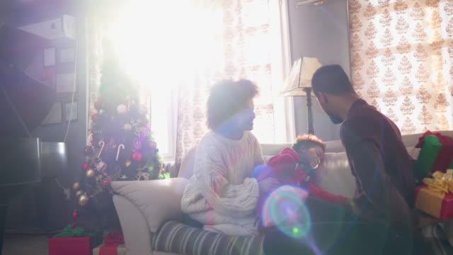 lilla flickan välja julklappen - christmas gift family bildbanksvideor och videomaterial från bakom kulisserna