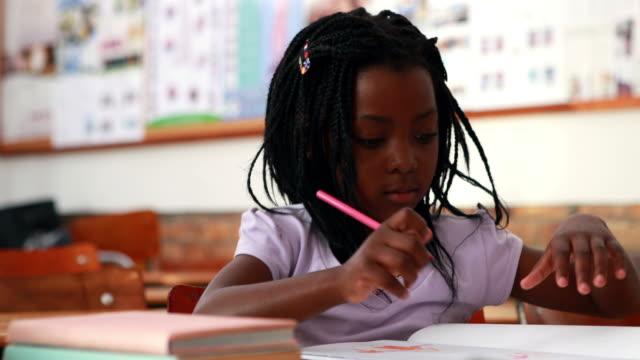 小さな女の子のカラーリングで、スクール形式 ビデオ