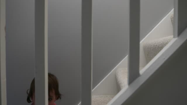 クロールの階段を実行して離れてからをお母さんの小さな女の子 - 階段点の映像素材/bロール