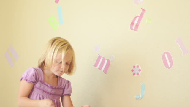 little girl decorates her room. - endast flickor bildbanksvideor och videomaterial från bakom kulisserna