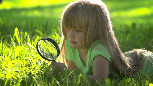 Little girl Descubre el mundo - vídeo