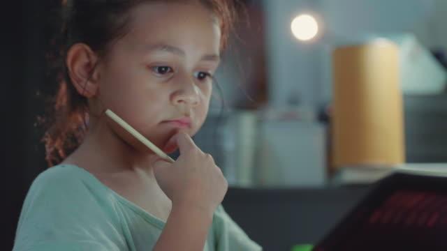 デジタル タブレットで宿題を小さな女の子。 - 勉強する点の映像素材/bロール