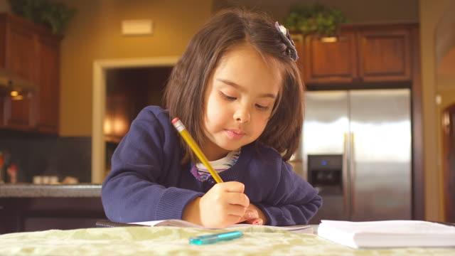 little girl does her homework - çalışma kitabı stok videoları ve detay görüntü çekimi
