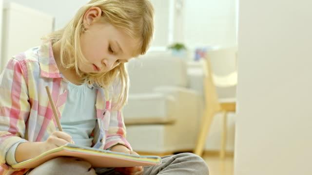 bambina facendo un compito - 8 9 anni video stock e b–roll