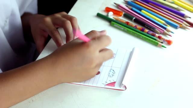 bambina di disegno con colori e pastelli - full hd format video stock e b–roll