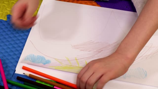 Little Girl drawing with pencils - vídeo