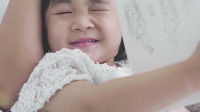 ママと小さな女の子を描画します ビデオ