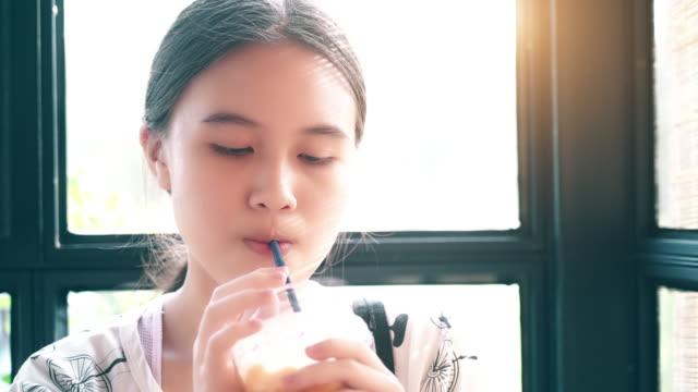 Kleine Mädchen Trinkwasser durch einen Strohhalm – Video
