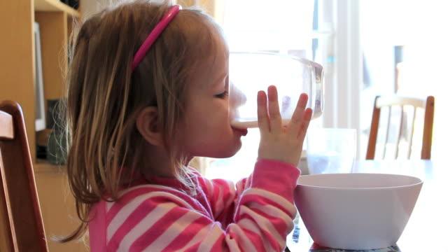 vídeos y material grabado en eventos de stock de little girl bebidas de leche - leche