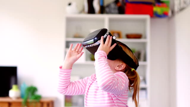 little girl experiencing virtual reality - astronomia video stock e b–roll