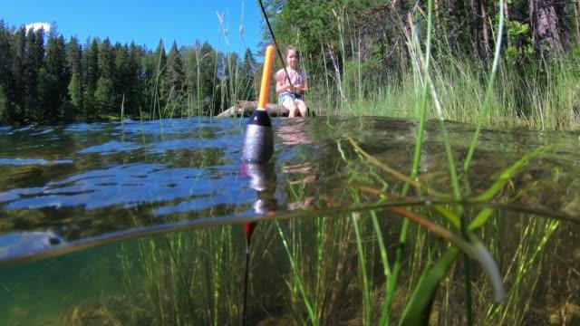 kleines mädchen angeln mit unterwasser-ansicht von angeln schwimmen und unkraut auf einem boden - fang stock-videos und b-roll-filmmaterial