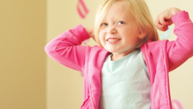 dziewczynka ma elastyczne - napinać mięśnie filmów i materiałów b-roll