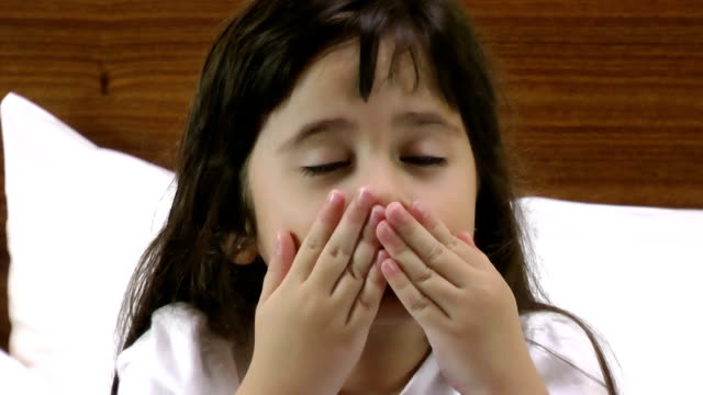 liten flicka som ger kyssar - blåsa en kyss bildbanksvideor och videomaterial från bakom kulisserna