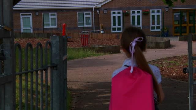 TRANSPORTWAGEN: Kleines Mädchen geht zur Schule – Video