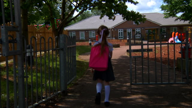 transportwagen: kleines mädchen geht zur schule - grundschule stock-videos und b-roll-filmmaterial