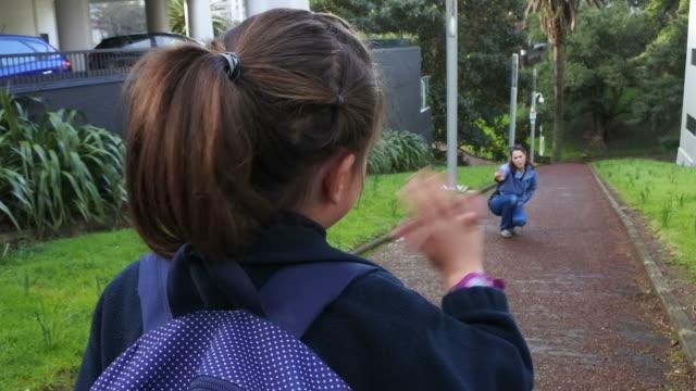 彼女の母親に学校波別れに行く少女 ビデオ