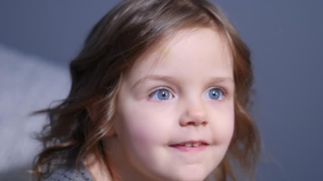 petite fille dans une robe grise est photographiée dans le studio - Vidéo