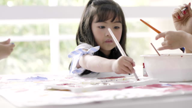美術の授業で女の子 - 美術の授業点の映像素材/bロール