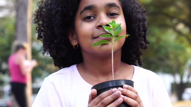 kleines mädchen im garten, riechen frische pflanze - verantwortung stock-videos und b-roll-filmmaterial