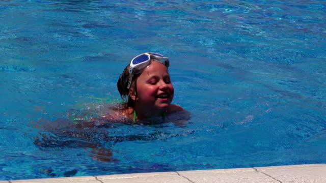 kleines mädchen am swimmingpool - haarfarbe stock-videos und b-roll-filmmaterial