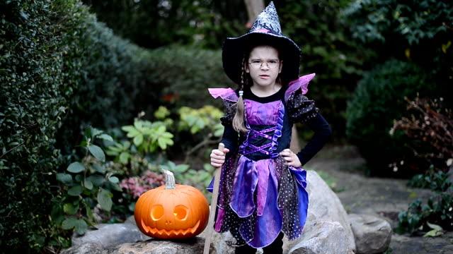 的はずれなジャック o ' lantern ハロウィンで魔女衣装の少女 - ハロウィン点の映像素材/bロール