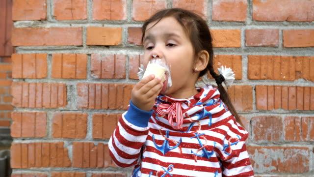 vídeos de stock e filmes b-roll de little girl is eating ice cream. - boca suja