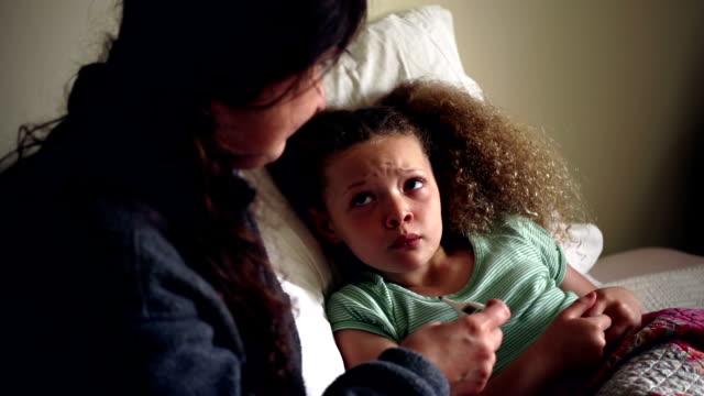 vídeos y material grabado en eventos de stock de little girl sentar enfermo en cama - flu
