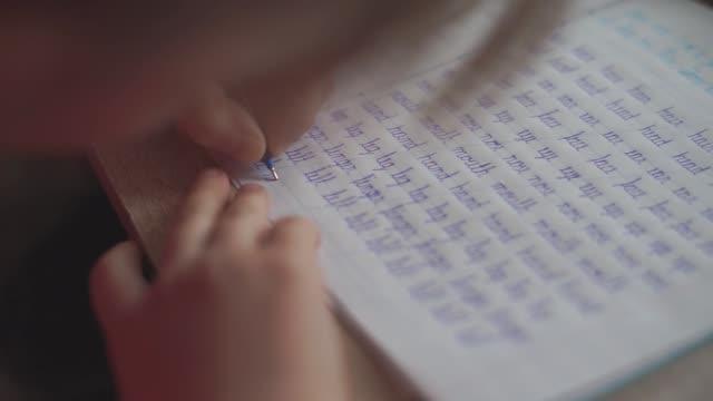 lilla flickan lär sig att skriva bokstäverna - stavning bildbanksvideor och videomaterial från bakom kulisserna
