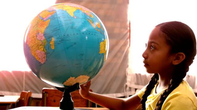 dziewczynka patrząc na świecie w klasie - kręcić się filmów i materiałów b-roll