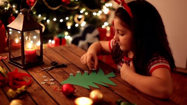 小女孩製作聖誕賀卡 - 手工藝 個影片檔及 b 捲影像