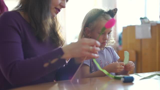 小女孩與藝術老師製作工藝品 - 手工藝 個影片檔及 b 捲影像