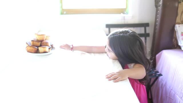 HD: Little girl & Muffin video