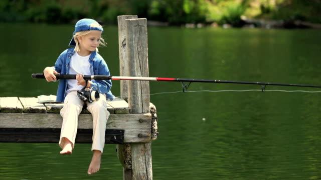 小さな女の子の釣り桟橋 - 釣りをする点の映像素材/bロール