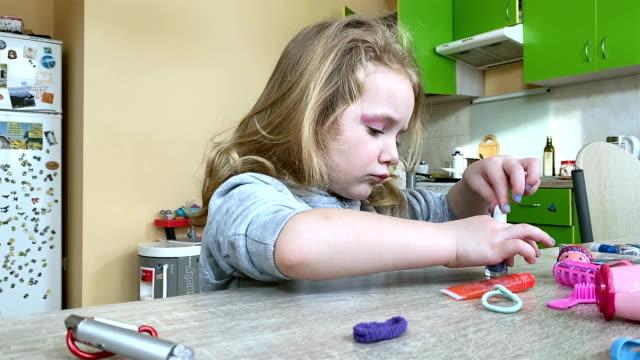 liten flicka målar naglar med barns nagellack. - nagellack bildbanksvideor och videomaterial från bakom kulisserna