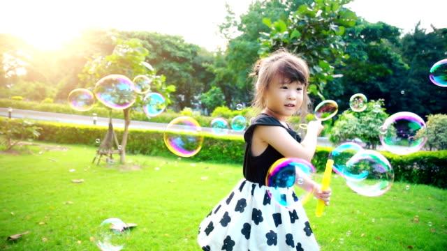 liten flicka spela bubblor slowmotion - barndom bildbanksvideor och videomaterial från bakom kulisserna