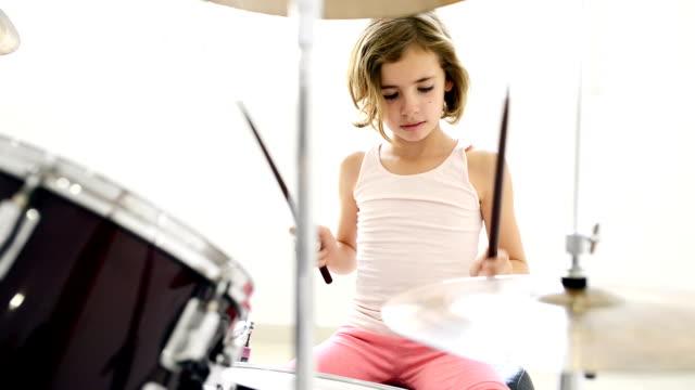 liten flicka spela trummor - trumset bildbanksvideor och videomaterial från bakom kulisserna